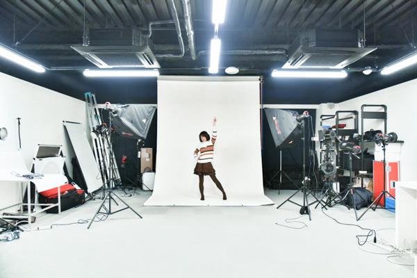 白背景のスタジオ