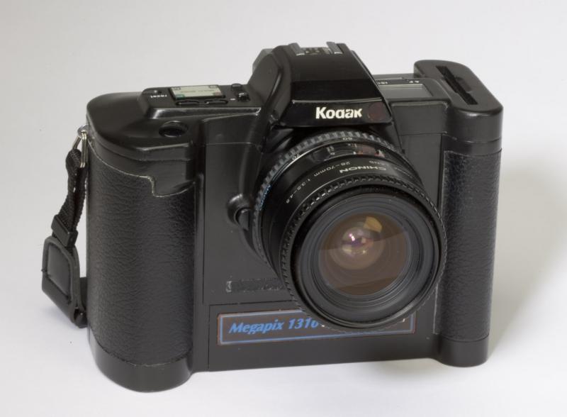 電子カメラ